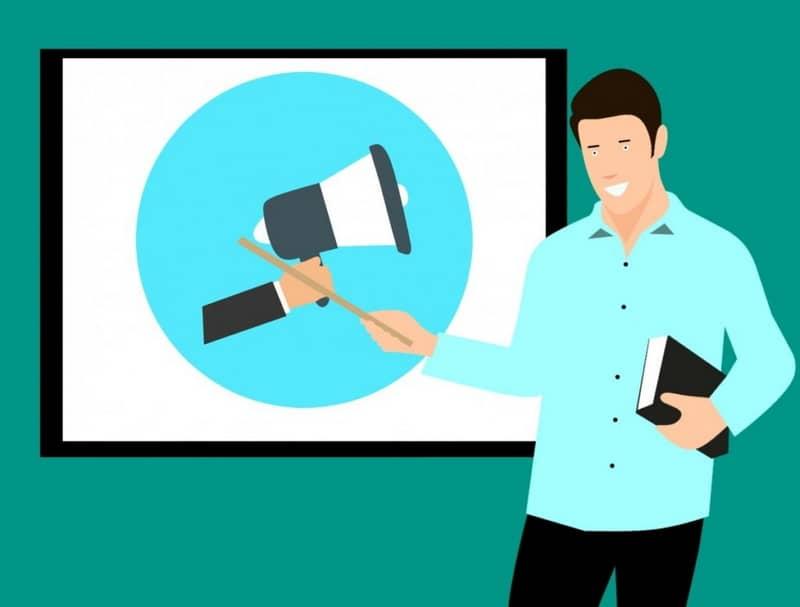 Homem mostrando o volume do alto-falante
