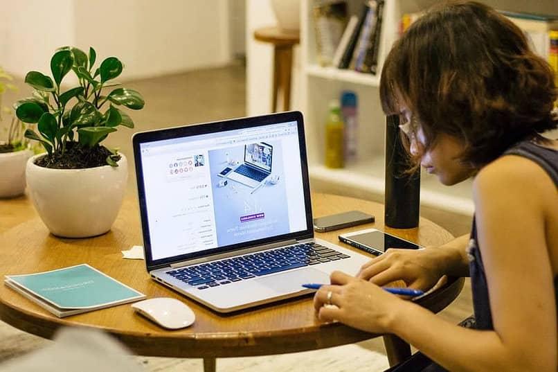 mulher trabalhando laptop