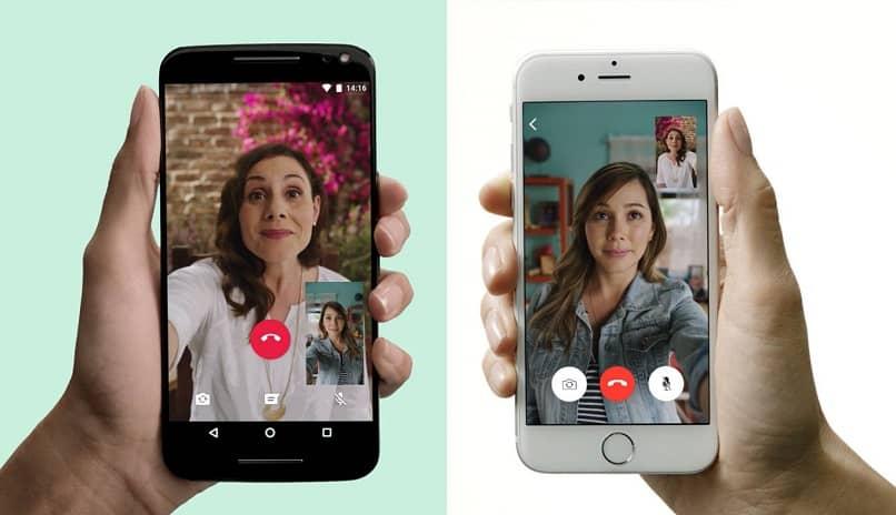 mulheres se comunicam por videochamada