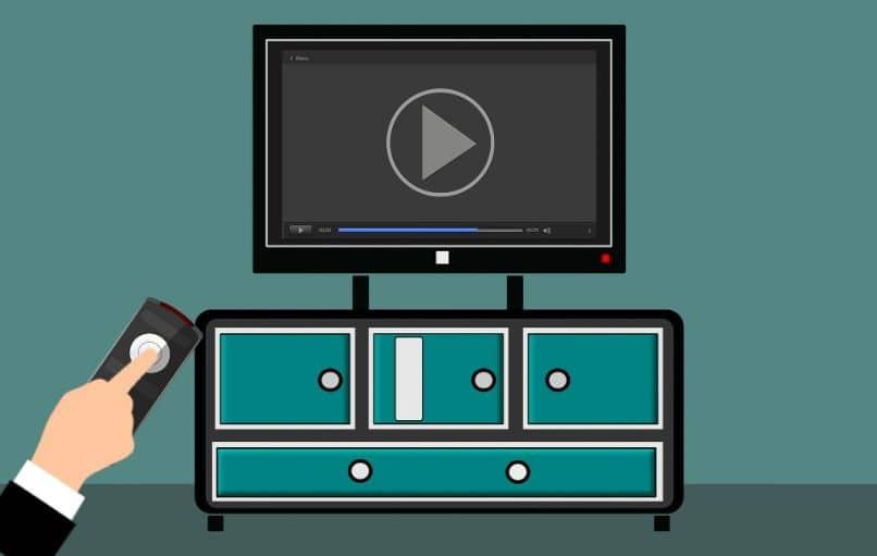 televisão na mobília com a mão e controle remoto