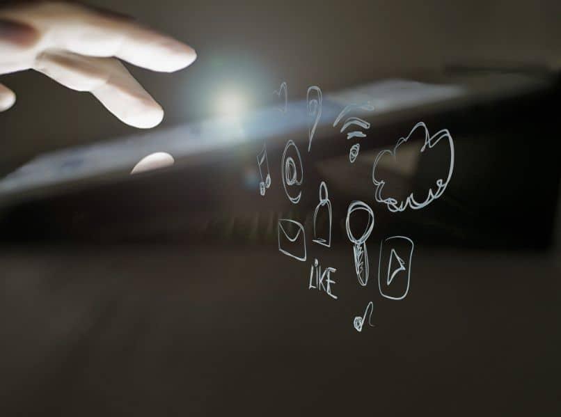 tela de toque com mão e desenhos
