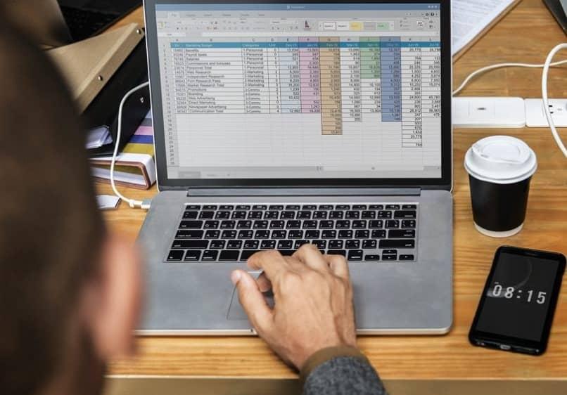 pessoa com laptop usando ferramenta excel