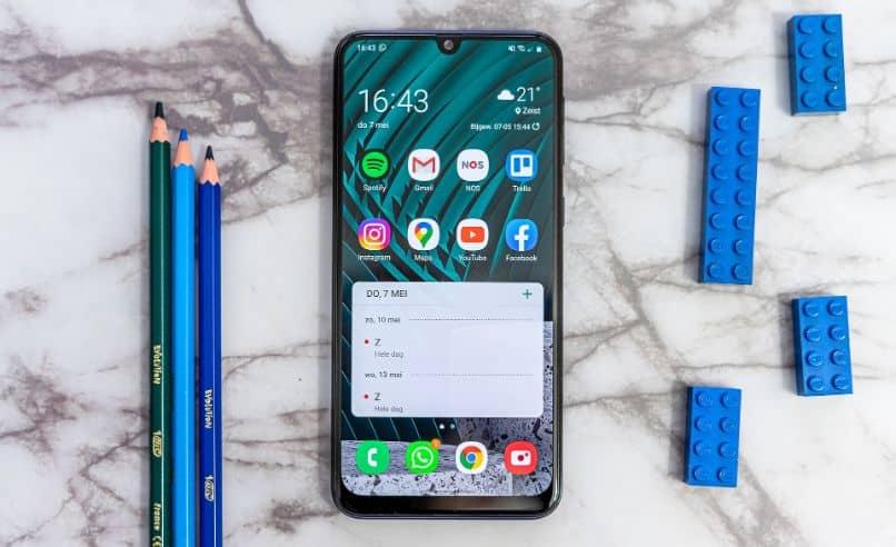 Samsung Galaxy na mesa com lápis e peças