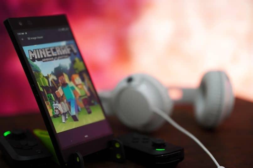 minecraft no smartphone com fones de ouvido e joysticks