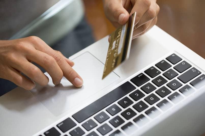 pessoa que usa cartão de crédito para pagar compras