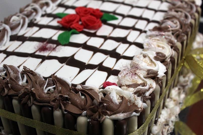 bolo de chocolate rosas