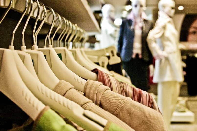 estante de roupas de venda