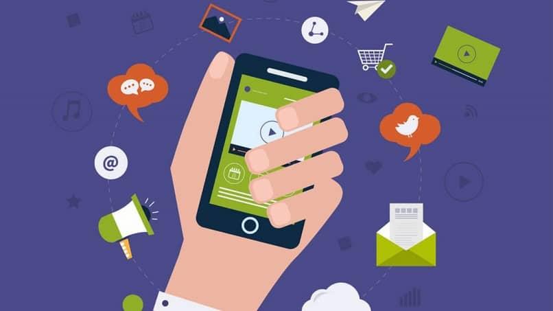 pessoa com telefone celular na mão vê ferramentas de marketing