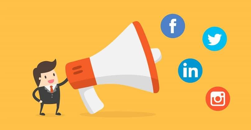 megafone anunciando diferentes redes sociais