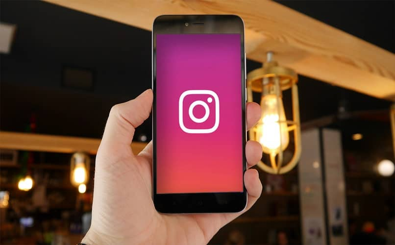 celular na mão com instagram