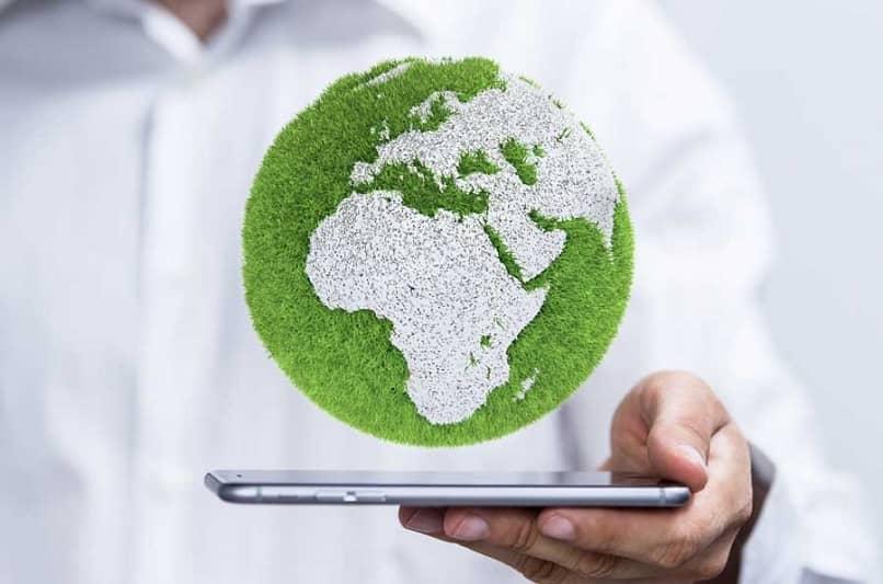 pessoa mostra planeta verde no tablet organização ajuda planeta