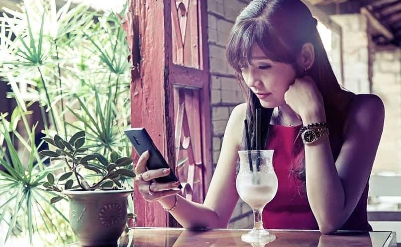 mulher conversa privada por telefone
