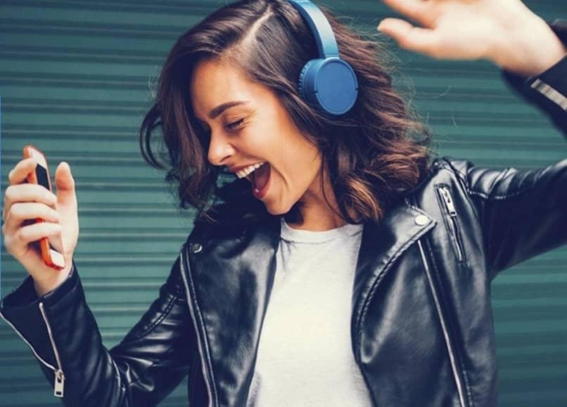 jovem ouvindo música da amazon prime music