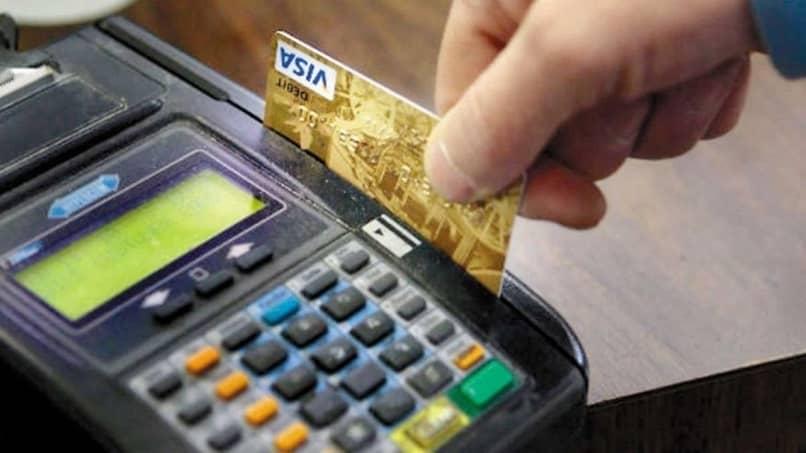 empresário cobrando cartão visa no ponto de venda