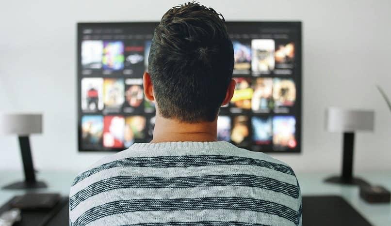 jovem assistindo conteúdo de vídeo nobre da amazon