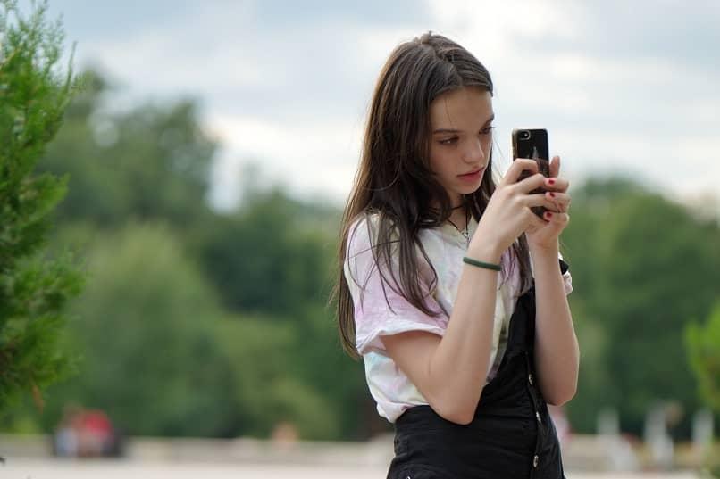 garota usa fotos do telefone google photos