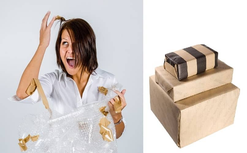 mulher tentando embalar itens de segunda mão