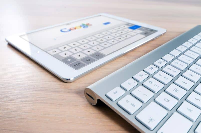 ipad com página do google e teclado na mesa