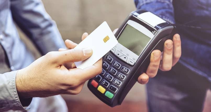homem pagando com seu cartão de crédito ou débito