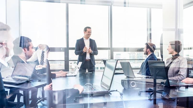 organização com fins lucrativos faz reuniões com funcionários
