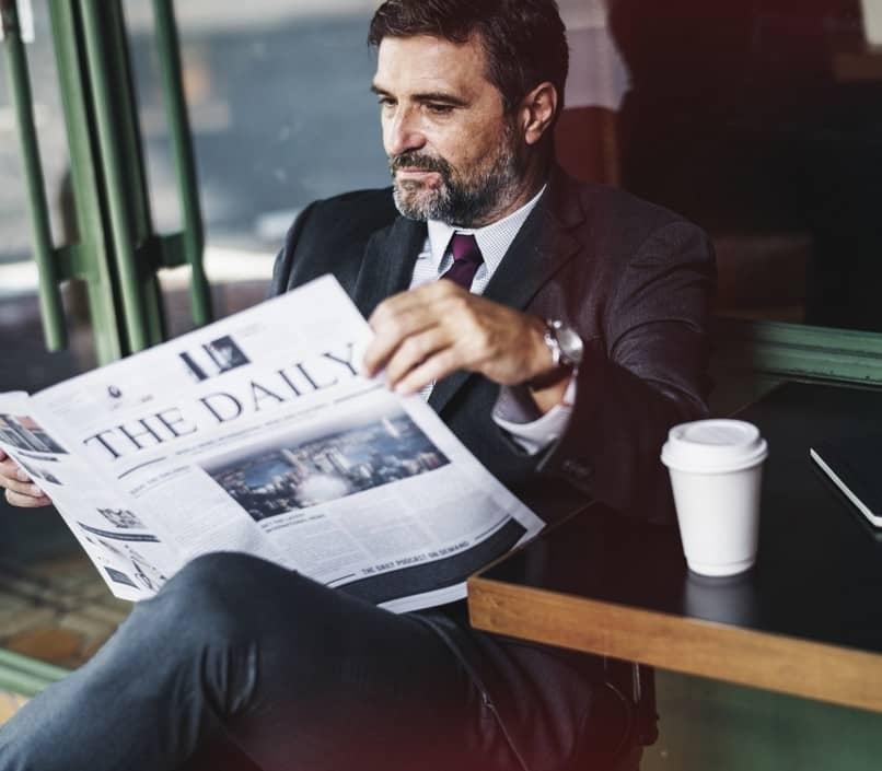 empresário lendo jornal