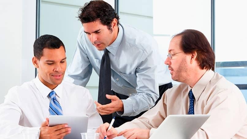 Reunião do gerente de recursos humanos para orientar os funcionários