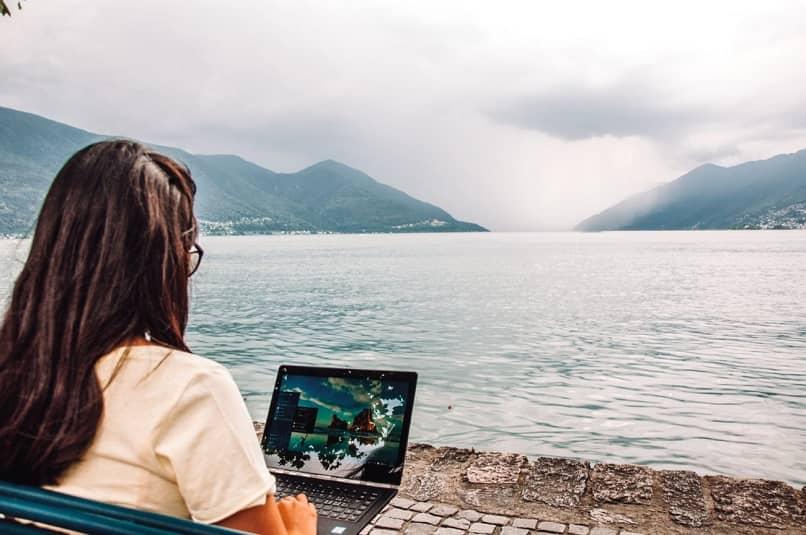 mulher trabalhando enquanto viaja