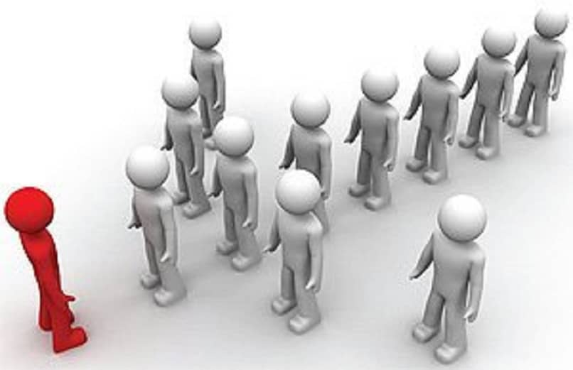 figuras de pessoas seguindo um líder
