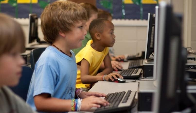 bebês usam computador