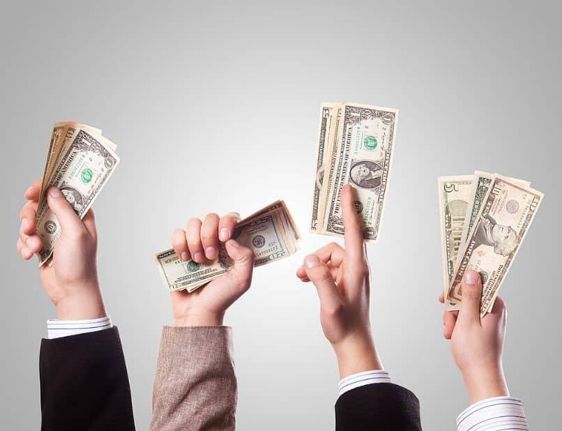 mãos com dinheiro