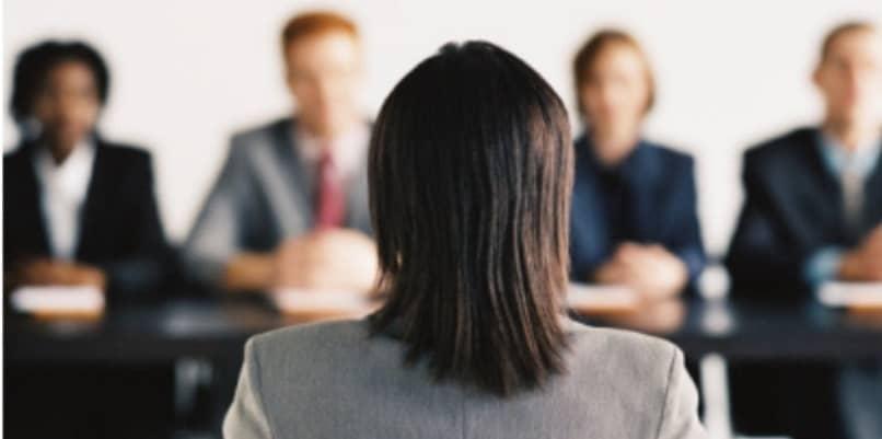 recrutadores entrevistam candidato a emprego