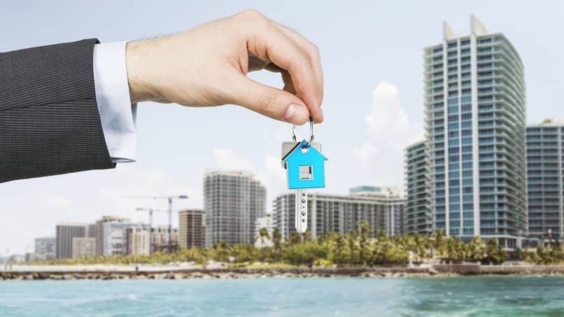 corretor de imóveis dá chaves de apartamento