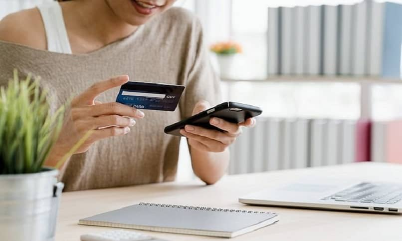mulher comprando euros online com cartão de crédito
