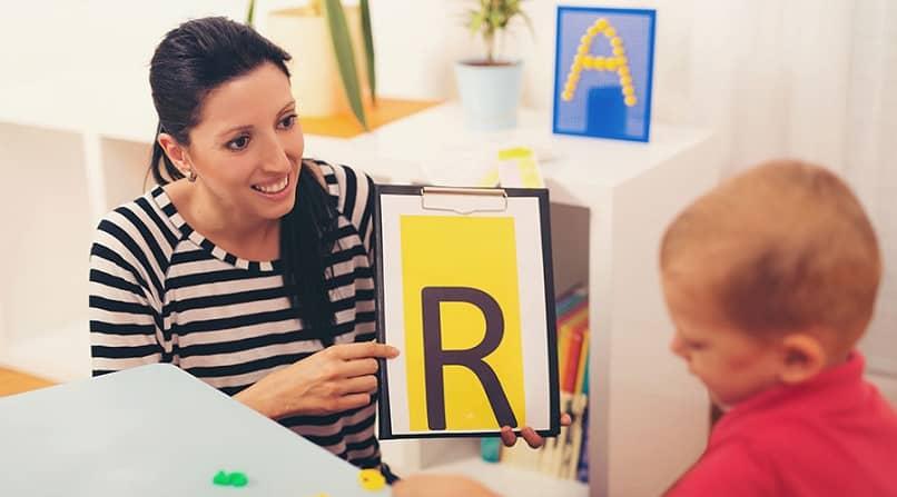professor ensinar letra do alfabeto r criança