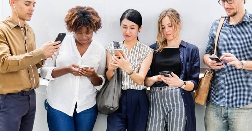 pessoas se reuniram, mas estão concentradas em seus celulares
