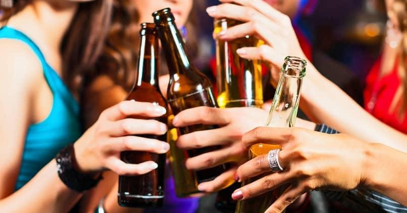 grupo de mulheres bebendo em um bar
