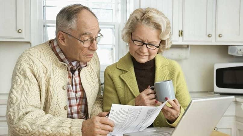 casal de idosos aposentados em busca de oportunidade de trabalho