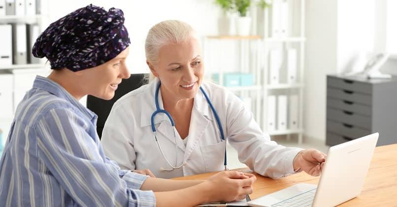assistente de enfermagem comunicar paciente mostrar saúde laptop