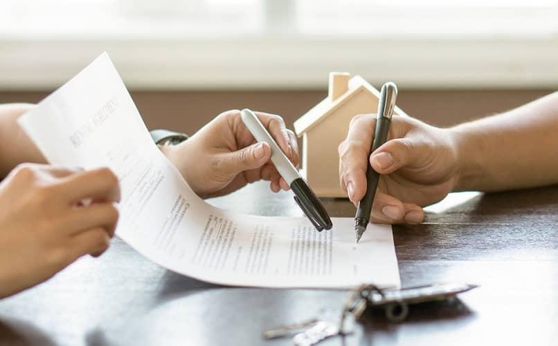 pessoa assinar contrato adquirir casa de propriedade