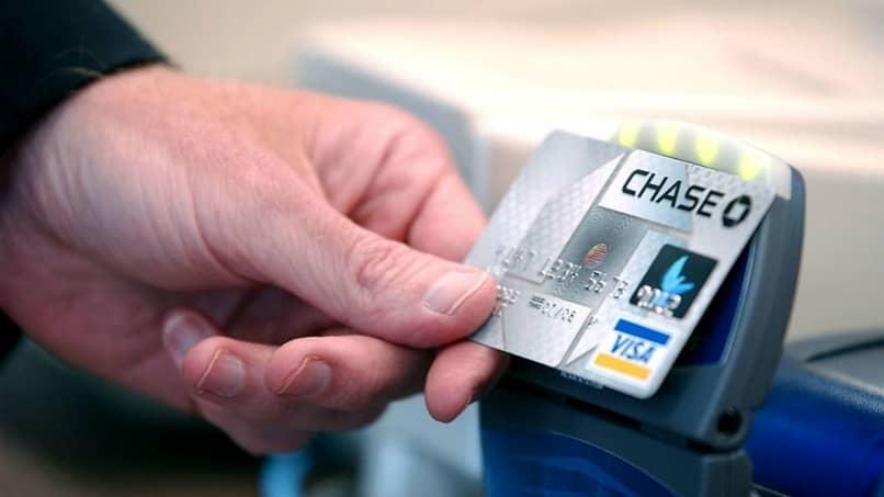 homem pagando com cartão de visto do banco chase