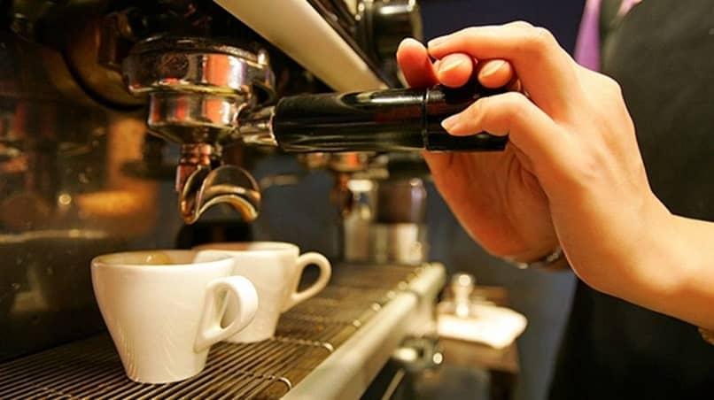 pessoa preparando café para um cliente