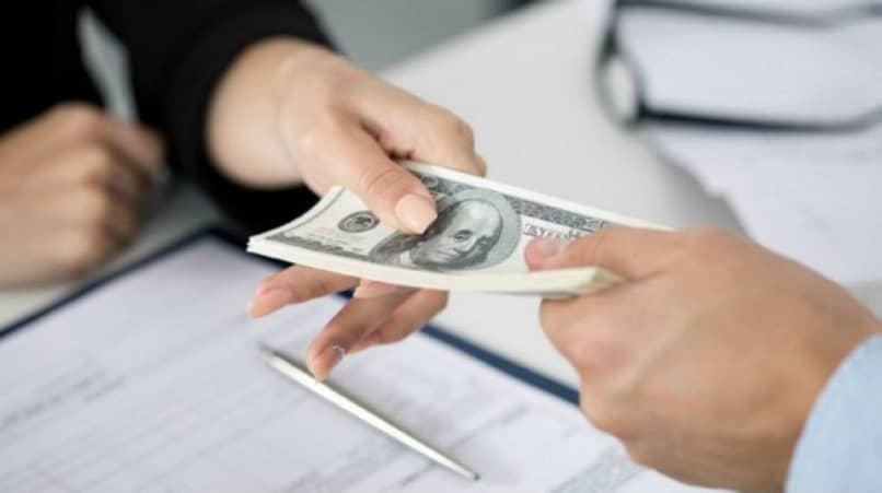 pessoa banco dá dinheiro para empréstimo