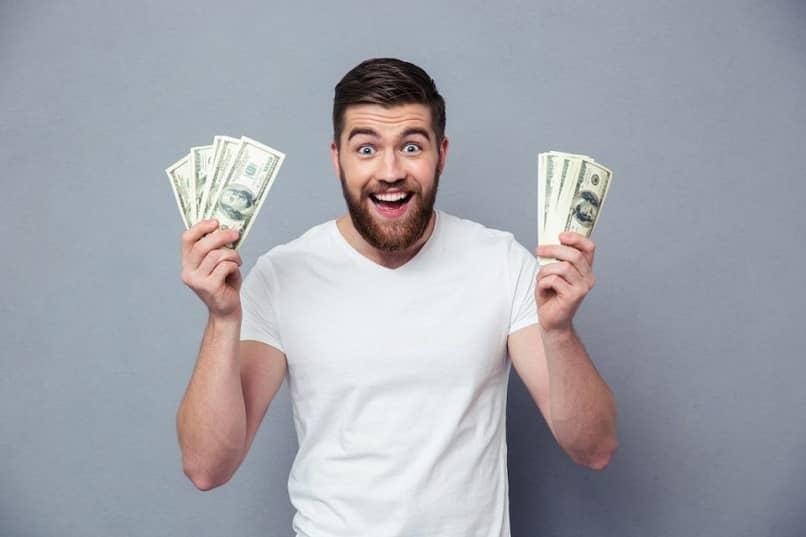 pessoa homem animado de mãos dadas dinheiro