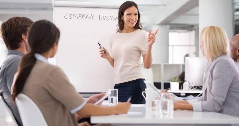 reunião empresa segue cadeia de comando funcionários felizes