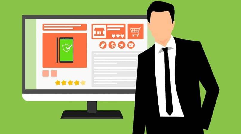 homem com pc comprando online