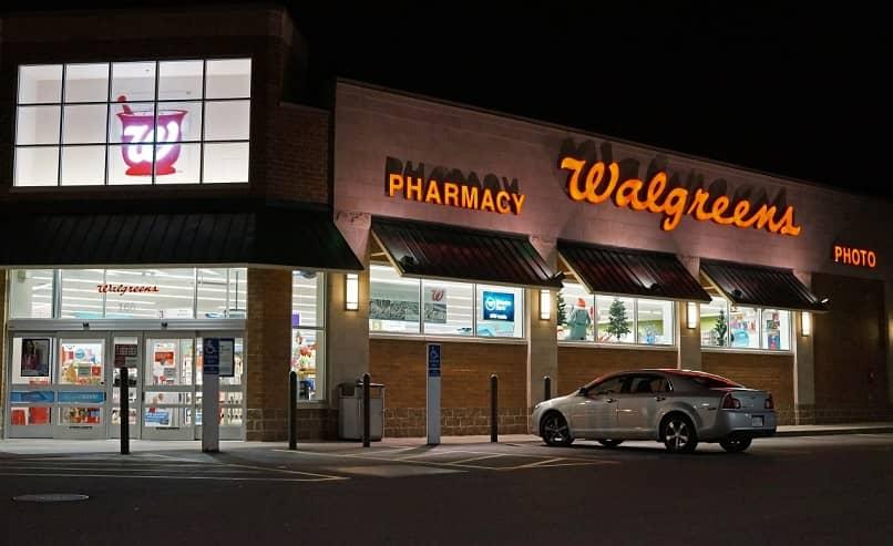 Loja ou estabelecimento Walgreens aberto à noite