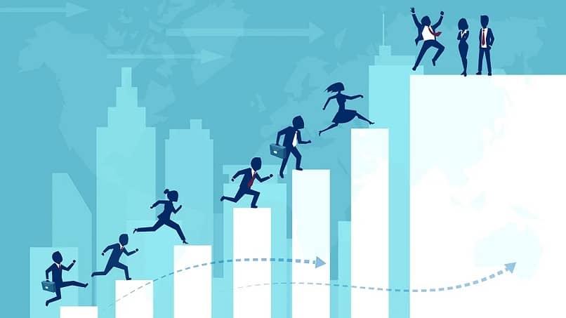 executivos de uma empresa avançando em seus objetivos