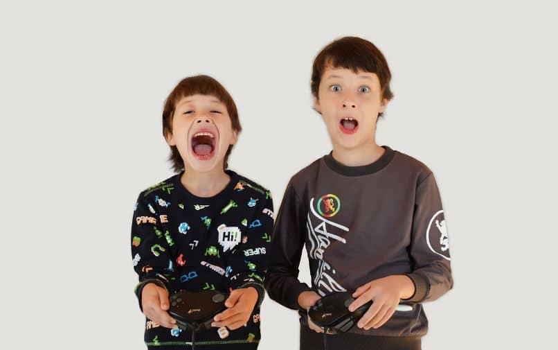 crianças brincando de lendas do apex