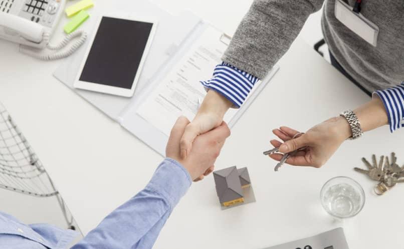 imobiliárias fazem um acordo para comprar uma casa