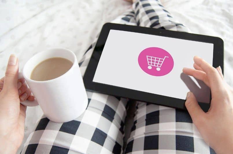 menina faz compras online no tablet